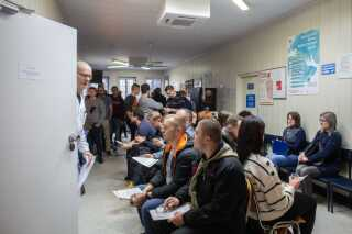 Borgere i Gdansk venter på at give blod i mandags.