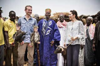 Kristian Jensen og Kronprinsesse Mary besøgte ægtemandskolen i Kamse, hvor de fik en ged og fire høns i gaver fra landsbyen.