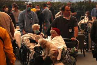 Personalet på Feather River hospitalet evakuerer patienterne.