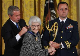 I 2007 overrakte daværende præsident i USA, George Bush, medaljen 'Medal of Freedom' til Harper Lee.