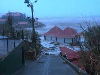 Øen Saint-Barthelemy i er også blevet oversvømmet efter Irmas besøg.