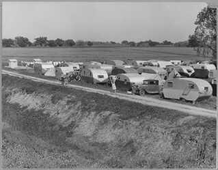 Traileren var en billig boligform, der under krigen sikrede arbejderene tag over hovedet. De fattige hvide samledes i de såkaldte trailer parks, deraf navnet 'trailer trash'. Her en trailer park cirka 1940 i  San Joaquin Valley, Californien.