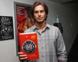 Greg Sestero med bogen 'The Disatser Artist', som filmatiseringen bygger på.