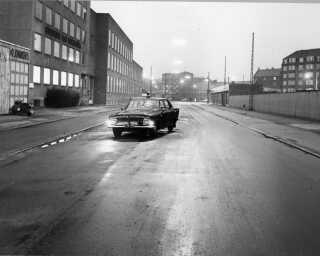 På Vermlandsgade på Amager i København dræbte Palle Sørensen to ud af fire betjente. På billedet står politibilen efterladt tilbage.