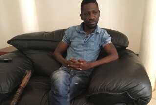 Bobi Wine har stadig mén, efter den tortur, som han siger, han blev udsat for efter anholdelsen i august. Derfor må han støtte sig til en stok.