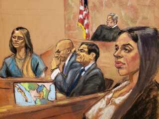 Retstegnerens indtryk af en misfornøjet Emma Coronel, kone til El Chapo, i forgrunden, imens elskeringen Lucero Guadalupe Sanchez Lopez vidner.