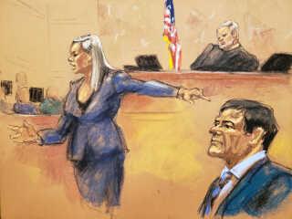 """Retstegneren skildrer en situation, hvor assisterende anklager Amanda Liskamm peger på den anklagede, Joaquin """"El Chapo"""" Guzman."""