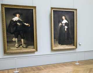 De to Rembrandt malerier, 'Portrait of Marten Soolmans' og 'Portrait of Oopjen Coppit', hænger her side om side på Louvre Museum i Paris. Malerierne blev i 2015 købt af både franske Louvre Museum og hollandske Rijksmuseet, hvor malerierne nu hænger på skift.