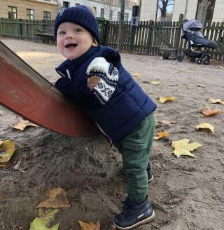 Theodor på 13 måneder skal sige farvel til de københavnske legepladser til fordel for en have - og andre legepladser - på Bornholm.