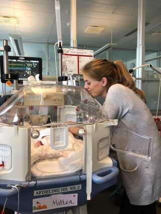 Her er Mattea 11 dage gammel og er ved at komme sig oven på en operation.