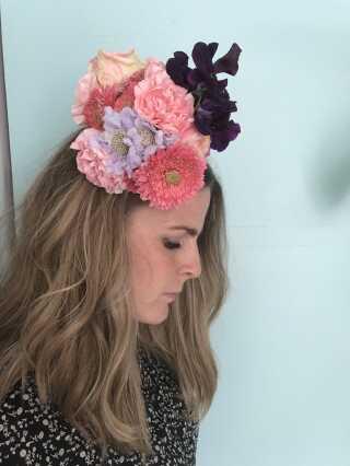 """Poppykalas' blomster bliver til meget andet end buketter: Hatte, fingerringe og armbånd er langt fra unormalt. """"Er der noget teknisk, som jeg ikke lige kan, så finder jeg ud af det hen ad vejen,"""" siger Thilde Maria Kristensen. Foto: Poppykalas"""