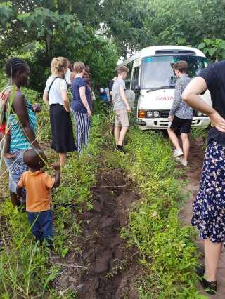 Bussen, eleverne kørte i, kørte regelmæssigt fast på de dårlige veje. De kunne gradvist se landskabet blive mere og mere ødelagt, da de kørte fra nord mod syd i Malawi.