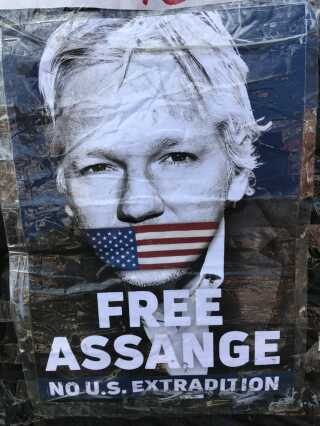 Flere demonstranter var mødt op for at protestere mod anholdelsen af Julian Assange.