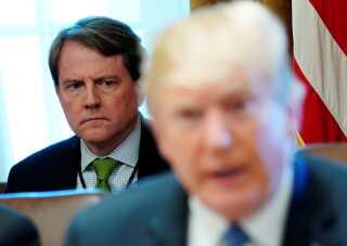 Juridisk rådgiver, Don McGahn, ses her bag Donald Trump til et møde i Det Hvide Hus i Washington.