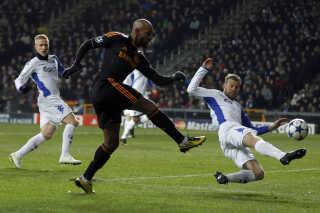 Mikael Antonsson i duel mod Nicolas Anelka, der scorede to mål i Parken.