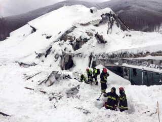 Italienske redningsfolk kæmper mod tiden. De graver massive snemængder væk fra det lavinesmadrede hotel i Italien, og op mod 30 mennesker frygtes omkommet.