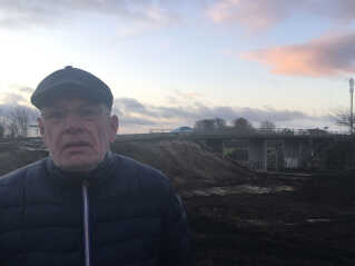 Niels Glud, der er formand for den lokale beboerforening, er frustreret over at broarbejdet betyder at Lundby bliver delt i to.