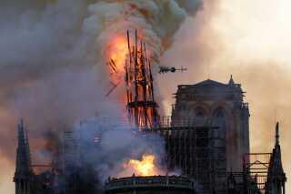 Notre Dame i Paris var i aftes omspændt af flammer. Branden brød ud omkring klokken 18.40. Her er det det berømte spir, der bukker under i flammerne.