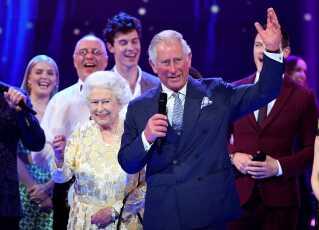 Den 92-årige dronning Elizabeth af Storbritannien og farmor til prins Harry er vært ved en frokostreception efter vielsen. Om aftenen er det prins Harrys far, prins Charles, der står for den kongelige festivitas.