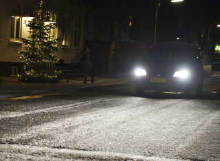 Trafikanter skal passe på glatte veje i de kommende dag, hvor temperaturen kommer under frysepunktet og der måske kan komme enkelte vinterlige byger.