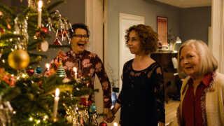 Familien i filmen når kun at synge én sang rundt om juletræet, før de - igen - ryger i totterne på hinanden.