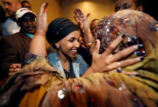 Ilhan Omar krammer sin svigermor efter en valgfest i Minneapolis, Minnesota, i nat.