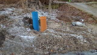 Skelbrønd hvor det blå rør er til regnvand og det brune til spildevand.