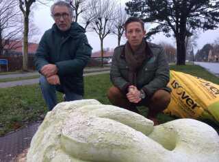 Det er svært at finde smilet hos Tim Warner og Bo Karberg, der står bag skulpturprojektet.