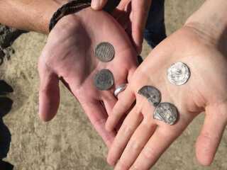 Sådan ser nogle af de sølvmønter ud, som der er fundet på marken på Bornholm.