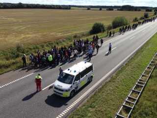 Flygtningene gør holdt ved en motorvejsbro.