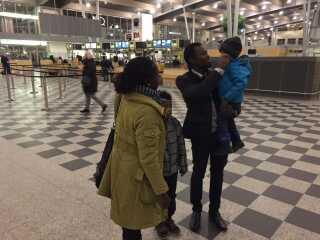Marius Youbis søster og hans nevøer fulgte ham til flyet.