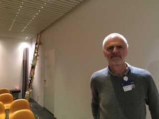 """""""Jeg har et rigtig godt og tæt samarbejde med præsterne her på Risgshospitalet,"""" siger Gorm Greisen inde fra hospitalets kirke."""
