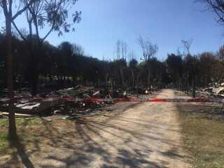 Politiet har spærret af ind til området, hvor der var brand i mellem 30 til 50 'mobile homes' i går.