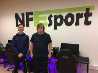 Emil Kjeldgaard (tv) og Kasper Molbo går begge på e-sport-linjen på Nordfyns Efterskole.
