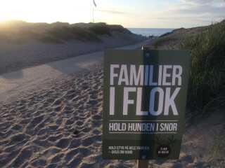 Et af Friluftsrådets skilte på stranden i Liseleje.