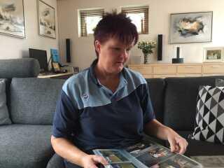 Tina Skovmand Jensen kigger på billeder af sine fire børn og syv børnebørn.