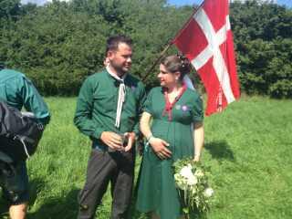 Maria Lazzarotto (th) har fået syet en særlig spejderbrudekjole i den helt rigtige grønne farve.