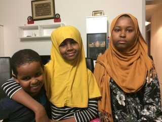 Otte somaliske søskende har mistet retten til at gå i skole, efter deres forældre har mistet deres opholdstilladelse. Nu bliver fem af familiens otte børn undervist af frivillige på Nyborg Gymnasium. Rektor på Nyborg Gymnasium bakkes op af andre fynske rektorer. På billedet ses Abdullahi, Riyan og Raida Hussein på 6, 12 og 15 år.