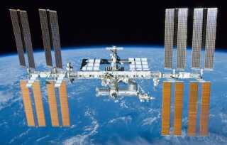 Den komplette rumstation med de europæiske og japanske moduler forrest i billedet.
