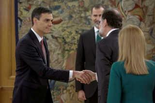 Pedro Sanchez bliver ønsket tillykke af den nu tidligere premierminister Mariano Rajoy.