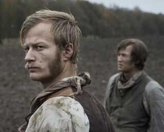 Gustav Dyekjær Giese spiller landarbejderen og naboen Laurits i 'Før frosten'.