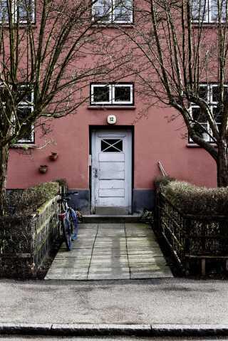 Siden Frederiksberg Kommune solgte Den Sønderjyske By til Frederiksberg Boligfond i 1930 har den været på lokale hænder. Nu er de 25.000 kvadratmeter og 330 lejemål på vej til at få ny ejer.