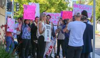Demonstranter samledes mandag i Los Angeles med skilte med ordlyden 'Befri Britney' og 'Britneys management er giftige'. I midten ses Barbara Grey, vært på podcasten 'Britney Gram', der startede #FreeBritney-bevægelsen.