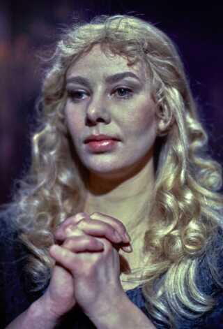 Selv om det er fjernsynet, mange husker Kirsten Olesen fra, er det på scenen, hun har haft de fleste roller, siden hun blev uddannet på Odense Teaters Elevskole fra 1968-1971. Siden 1979 har Kirsten Olesen været fastansat på Det Kongelige Teater, men alligevel er det nu også blevet til en del opgaver for DR i årenes løb. I december 1979 - året efter 'Matador'-premieren i 1978 - spillede Kirsten Olesen for eksempel Sanct Kirsten i tv-filmen 'Sanct Hansaften-spil, som Jørgen Leth for øvrigt var instruktør på.