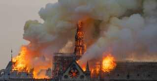 Det varede flere timer, før brandfolk fik kontrol over branden i den historiske bygning.