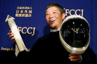 Yusaku Maezawa poserer ved et pressemøde i Tokyo, efter at det er annonceret, at han skal være den første betalende rumturist i Space X-projektet (Arkivfoto).
