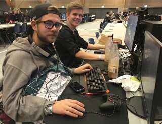 Christian Pranskau Sørensen (tv) og kollegaen Christian Sonderlin Busk gamer mest for sjov, men kan godt lide konkurrenceelementet. Her ses de et par timer før turneringsstart.