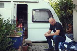 Mark O. Madsens holdleder har stillet campingvognen til rådighed for Mark O. Madsen, når han er i København. Der kunne også godt være plads til Mark i huset, men han får mere ro til at sove og restituere i campingvognen.