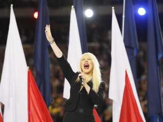 Christina Aguilera synger nationalsangen inden kampstart.