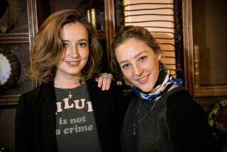 Fanny Leander Bornedal (tv.) spillede den ene hovedrolle Anna i DRs julekalender 'Den Anden Verden', hvor hun spillede side om side med Caroline Vedel i rollen som Annas tvilling, Sara.